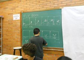 O aluno explicando no quadro