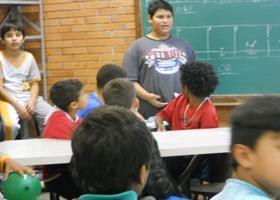 Rhandler dando aula para uma turma