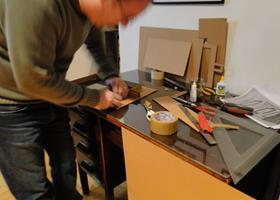 André Silveira construindo a mesa